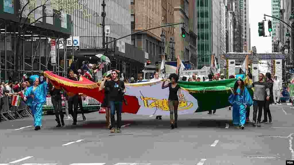 رژه ایرانیان در شهر نیویورک در سال ۲۰۱۹- در ابتدای رژه گروهی با پرچم بزرگ سه رنگ ایران و آرم شیر و خورشید رژه رفتند.
