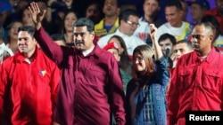 Nicolas Maduro destekçilerini selamlıyor