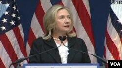 """""""No podemos vivir con el miedo, ni quedarnos paralizados. Tenemos que saber contra quién luchamos y por qué luchamos"""", - Clinton."""