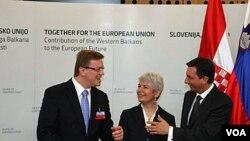PM Slovenia Borut Pahor (kanan) menyambut para delegasi yang hadir di KTT kerjasama Balkan di kota Brdo Pri Kranju, Slovenia.