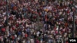 Polisi bentrok dengan ribuan demonstran di Athena, Rabu (26/9).