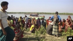 Kauyawa a Bangladash suke dako kusa da inda aka yi hadarin kwale-kwale a kogin Surma,cikin gundumar Sunamganj.