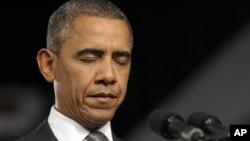 콜로라도 총기난사 사건 희생자들을 위해 묵념을 하는 바락 오바마 미 대통령