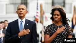 باراک اوباما رئیس جمهوری ایالات متحده (چپ) و میشل اوباما بانوی اول آمریکا در مراسم یادبود سیزدهمین سالگرد حملات ۱۱ سپتامبر - ۲۰ شهریور ۱۳۹۳
