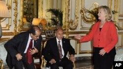 美国国务卿克林顿(右)和利比亚全国过渡委员会领导人贾利勒(中)与吉卜里勒(左)9月1日在巴黎开会商讨利比亚未来