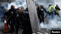 Polisi anti huru-hara Paris bentrok dengan demonstran pada aksi protes sebelumnya di kawasan Champs-Elysee, Paris (foto: dok).