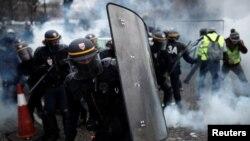 Paris polisi etirazçılara qarşı göz yaşardıcı qazdan istifadə edir.