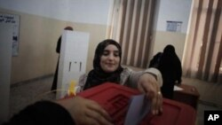 A Libyan woman votes.