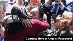Gabriela Esparza, fue una de las elegidas para reunirse con sus familiares a quienes no veía desde hace muchos años, en la Puerta de la Esperanza.