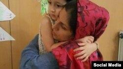 عکسی از آخرین مرخصی نازنین زاغری، ایرانی بریتانیایی تبار که پیش از بازگشت به زندان با دخترش وداع میکند.