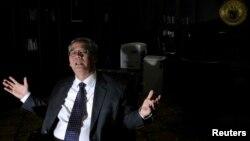 Ketua MK Akil Mochtar saat diwawancarai di ruang kerjanya di kantor Mahkamah Konstitusi bulan April lalu (foto: 11 April 2013).