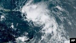 Citra satelit yang dirilis oleh National Oceanic and Atmospheric Administration (NOAA) ini menunjukkan Badai Tropis Laura di Samudra Atlantik Utara, Jumat, 21 Agustus 2020. (Foto: dok).