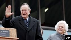 El expresidente George Bush padre y su esposa Barbara durante un acto ceremonial en Fredericksburg, Texas, el 8 de junio de 2016.