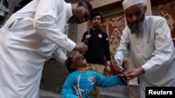 Petugas kesehatan Pakistan memberikan vaksin polio kepada seorang anak di Peshawar (foto: dok).