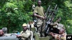 Des soldats ivoiriens loyaux au président Alassane Ouattara patrouillent à Duekoué, Côte d'Ivoire, 29 mars 2011.