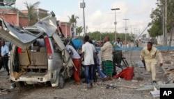 ຕຳຫລວດໂຊມາເລຍ ຄົນນຶ່ງ ແລ່ນຜ່ານຊາກຫັກພັງ ຂອງລົດ ຢູ່ດ້ານນອກ ໂຮງແຮງ Sahafi ໃນນະຄອນຫຼວງ Mogadishu ຂອງໂຊມາເລຍ, ວັນທີ 1 ພະຈິກ 2015.