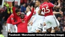 Romelu Lukaku de Manchester United, à genou mains levées, après avoir marqué son centième but en Premier League contre Swansea, 31 mars 2018. (Facebook/Manchester United)