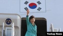 박근혜 한국 대통령이 인도.스위스 국빈방문 및 세계경제포럼(WEF) 연차총회인 다보스포럼에 참석하기 위해 15일 경기도 성남시 서울공항을 통해 출국하고 있다.