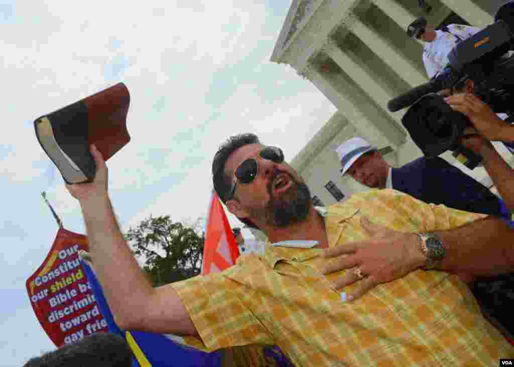 Проповедник с библией в руке. Он против права однополых пар заключать брак