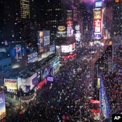 在紐約時代廣場上的慶祝民眾