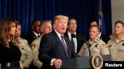 Presiden Amerika Serikat Donald Trump didampingi oleh ibu negara, Melania Trump, memberikan sambutan di kantor Departemen Kepolisian Metropolitan Las Vegas, Nevada, A.S., 4 Oktober 2017.