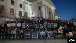 """紐約美國筆會中心和艾未未之友數百人集會在紐約布魯克林博物館前用熒光燈製成""""自由表達""""的中英文標語牌。(視頻截圖)"""