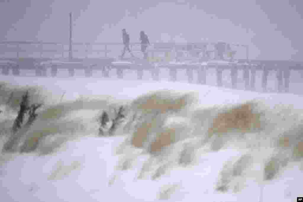 ایالات شرقی امریکا، در هفتۀ نخست ماه جنوری شاهد جبهۀ سردی بود که درجۀ حرارت را به منفی ۱۰ درجۀ سانتی گراد سقوط داد. عکس از منطقه ساحلی ایالت نیو جرسی امریکا.