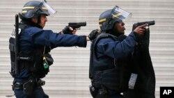 Des policiers à Saint-Denis, en France, le 18 novembre 2015. (AP Photo/Francois Mori)
