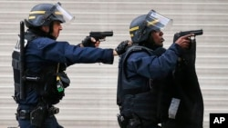 La police anti-émeutes à Saint Denis, 18 novembre 2015.(AP Photo/Francois Mori)