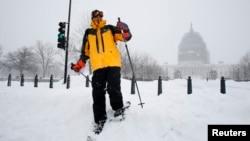 Un esquiador recorre los alrededores del Capitolio, en la capital estadounidense, donde se ha registrado hasta 35 centímetros de nieve.
