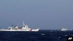 Tàu Tuần duyên Trung Quốc số hiệu 3411 (trái) và tàu Tuần duyên Việt Nam số hiệu 4032 trong khu vực Biển Đông mà cả hai đều tuyên bố thuộc lãnh hải của mình.