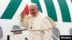 Đức Giáo Hoàng Phanxico lên chuyến bay tại sân bay ở Rome, 28/11/14