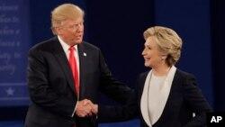 Donald Trump (kiri) berjabat tangan dengan Hillary Clinton usai acara debat Capres kedua di Washington University di kota St. Louis, Minggu (9/10).