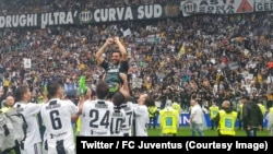 Les joueurs de la Juventus portent en triomphe leur gardien de but Gianluigi Buffon en signe d'adieu au Stade Olympique, Juventus, 19 mai 2018. (Twitter/FC Juventus)