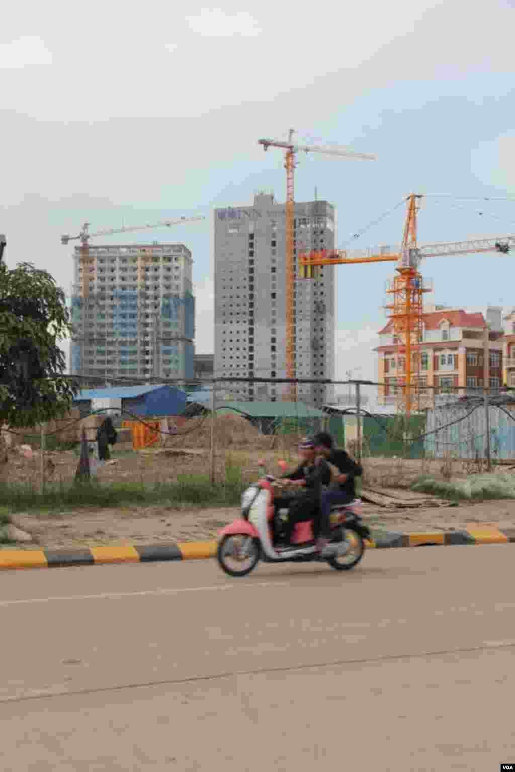 The construction of skyscraper in Phnom Penh, September 29, 2014. (Nov Povleakhena/VOA Khmer)