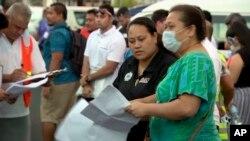 Dalam foto yang diambil dari video ini, orang-orang terlihat berkumpul di luar pusat operasi kesehatan darurat, Kamis, 5 Desember 2019, Apia, Samoa. (Foto: AP)