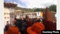 Người biểu tình Tây Tạng ở Denma giơ ngón tay cái lên trời trong một cuộc biểu tình hồi tháng Tám.