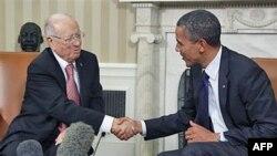 Rukovanje Baraka Obame i premijera Tunisa Beži Kaida Esebsija u Ovalnoj kancelariji