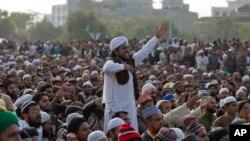 اسلام آباد میں فیض آباد کے مقام پر جاری دھرنے کے شرکا،