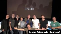 """Selena Arizanović sa Džerardom Batlerom i ekipom filma """"Hunter Killer"""" (Foto: privatna arhiva)"""