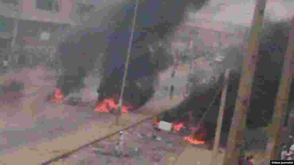 Une route barricadée avec des objets en flammes au cours de la grève des conducteurs de taxi à Luanda, 5 octobre 2015. Photo deKolly Antonio Mwanza.