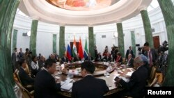 Pertemuan para pemimpin BRICS di Strelna, dekat Petersburg, 5 September tahun lalu (Foto: dok). Lima negara ekonomi kuat dari negara berkembang ini akan meluncurkan organisasi saingan Bank Dunia dan IMF, Selasa (15/7).