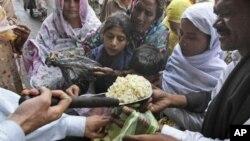 বিশ্বখাদ্য দিবসে পাকিস্তানে খাদ্য বিতরণ