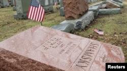 Une des plus de 170 tombes vandalisées dans le cimetière de Chesed Shel Emeth à University City, dans la banlieue de St Louis, au Missouri, le 21 février 2017. (Reuters / Tom Gannam)