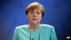 د جرمني صدراعظمه انگیلا مرکل د خپل مهاجر پلوه سیاست په وجه تر فشار لاندې ده