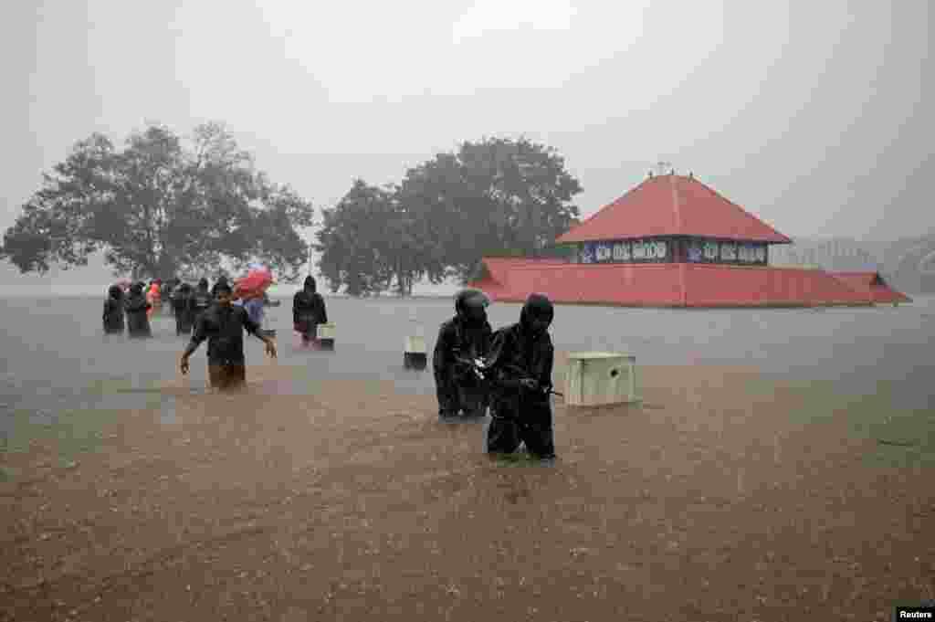 کیرالہ میں بارشوں کے بعد پیدا ہونے والی صورتِ حال کے باعث مقامی انتظامیہ نے بیشتر اضلاع میں اگلے دو روز کے لیے ہنگامی حالات کا اعلان کردیا ہے۔ حکام نے آئندہ دو روز میں مزید بارشوں کی پیش گوئی بھی کی ہے۔