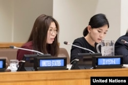 뉴욕 유엔본부에서 열린 북한 인권 행사에서 탈북자 지현아 씨(왼쪽)가 북한에서 겪은 인권 유린 실태를 증언하고 있다.