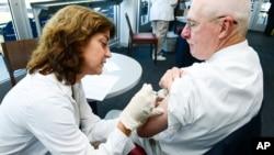 Este adulto fue vacunado contra la influenza hace menos de una semana en Moosic, Pennsylvania.