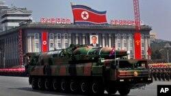 북한이 지난 2012년 4월 태양절 기념 열병식에서 공개한 이동형 대륙간탄도미사일 KN-08. (자료사진)