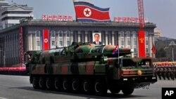 북한이 지난 2012년 4월 태양절 기념 열병식에서 공개한 이동형 대륙간탄도미사일. (자료사진)